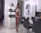 Скриншот для видео Загорелая красотка показала задницу