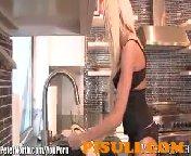 Скриншот для видео Не смог устоять перед такой красоткой на кухне