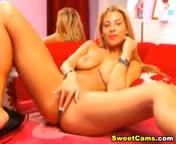 Скриншот для видео Развратная русская блондинка с большой грудью мастурбирует перед веб камерой